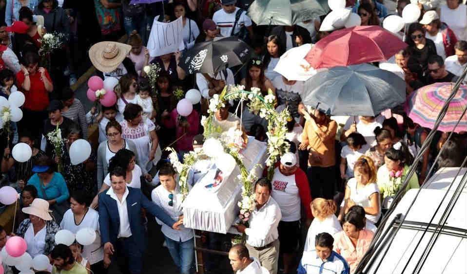 Entre globos y rosas despiden a Fátima